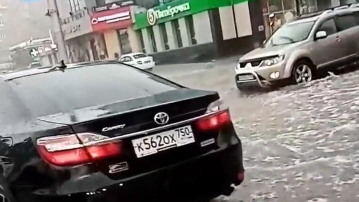 Дорожно-стихийное бедствие: Гигантские пробки сковали Новосибирск после ливня