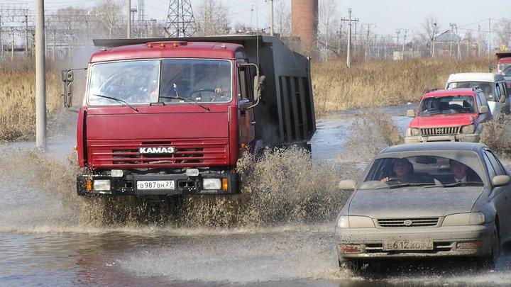 В Новосибирске КамАЗ подмял под себя Ладу Приора