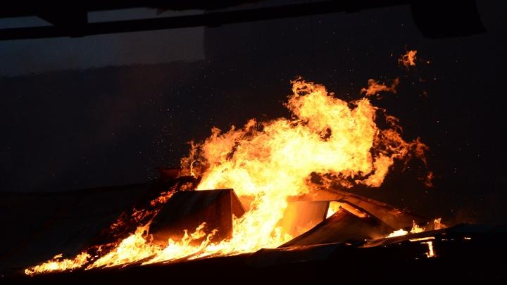 В Москве на Ленинградке горели бытовки и ангар