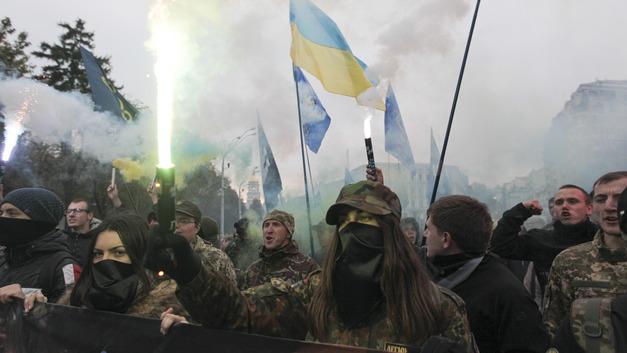 Герои рюмки и бутылки: На Украине модифицировали памятник воинам АТО - фото