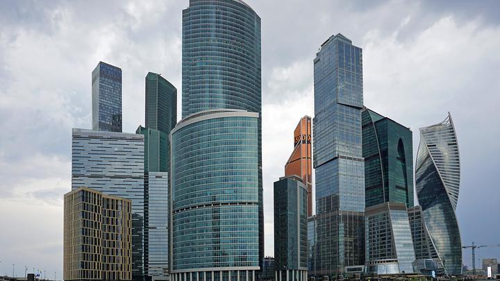 С башни в Москва-Сити упала девушка