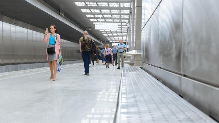 Пассажиров застрявших в тоннеле поездов выводят через кабину машиниста - фото
