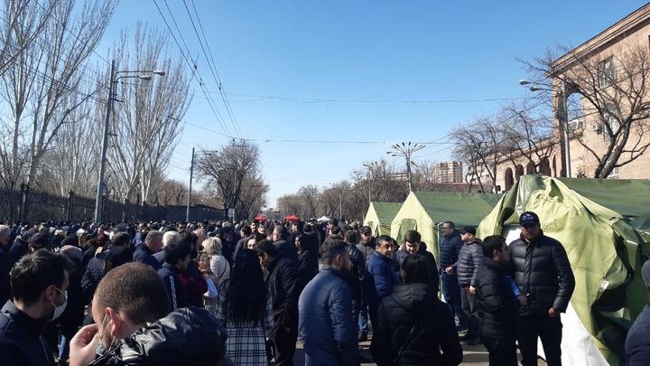 Оппозиция проводит очередной митинг у здания Парламента