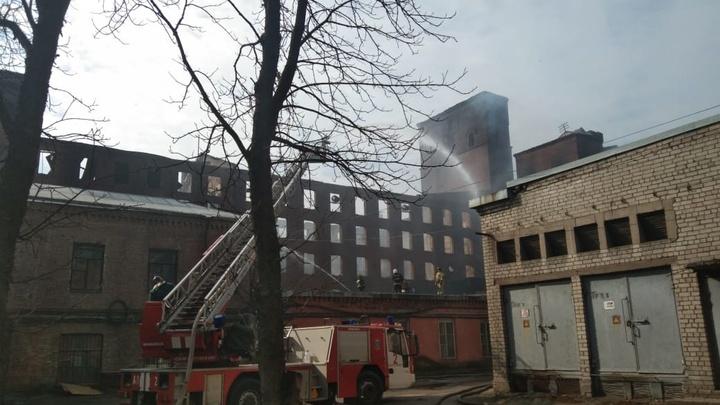 Огонь не сдается третий день: в «Невской мануфактуре» догорают завалы площадью 150 «квадратов»