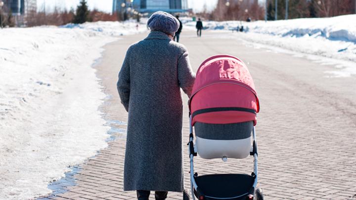 Пенсия за воспитание: Нужно ли включить уход за детьми в трудовой стаж?