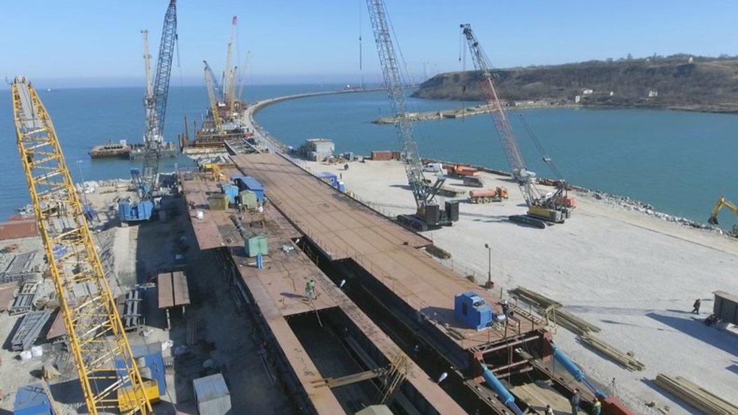 Фото: Строители бетонируют опоры, которые будут держать аркиКрымского моста