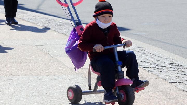 Минздрав предупредил об опасности медицинских масок для малышей