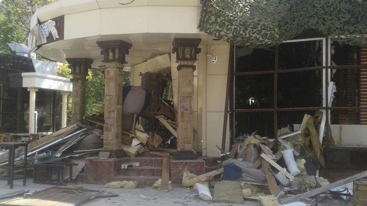 «Обстановка нервная»: Военкор в прямом эфире подвергся нападению на улице Донецка