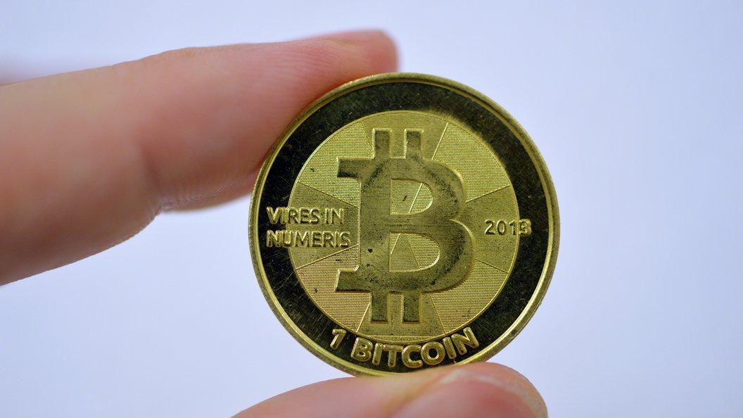 Биткоин упал в цене из-за разделения на две криптовалюты