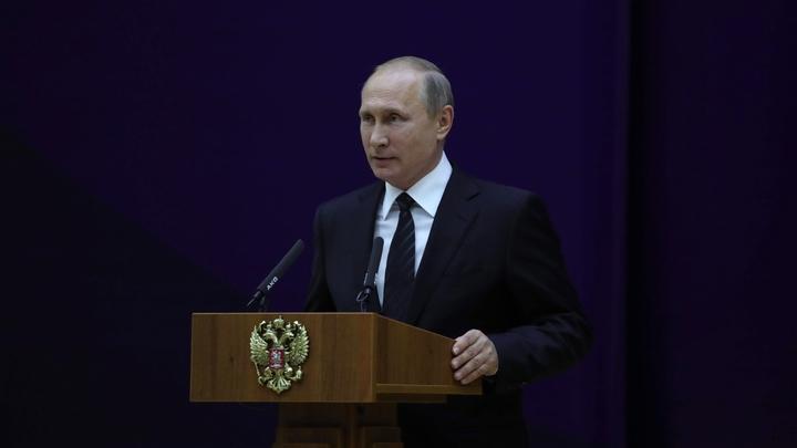 Путин на катере совершил обход кораблей на параде в честь Дня ВМФ в Петербурге