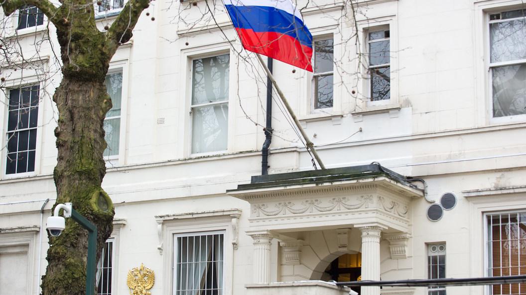 Российские дипломаты подкололи Терезу Мэй мемом сбилбордами