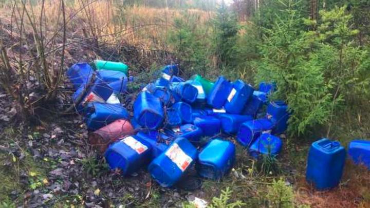 Гору химических отходов нашли у реки в Ленобласти