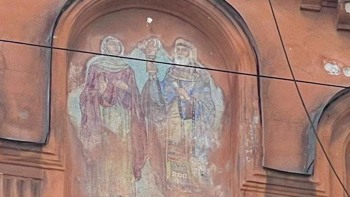 В Петербурге толстый слой краски 100 лет скрывал мозаичную икону. Ее обнаружили случайно
