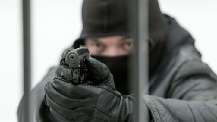На рынке в Новосибирске неизвестный выстрелил в мужчину и убежал