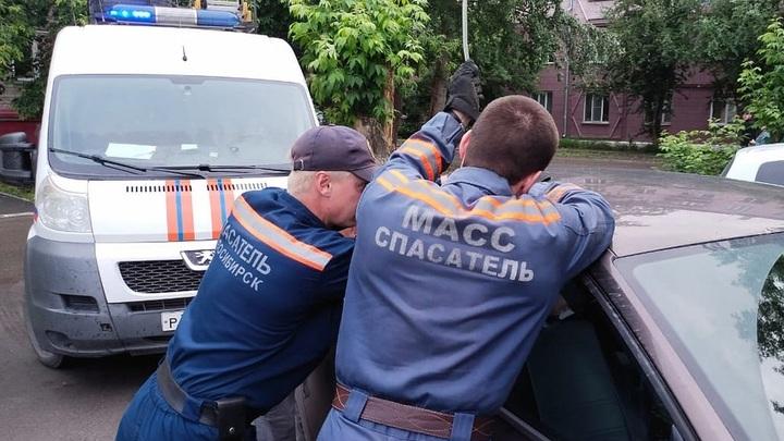 Пять детей из закрытых машин, квартир и плена батареи спасли за сутки в Новосибирске