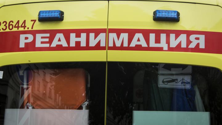 Летел прямо на людей: Джип на бешеной скорости протаранил остановку в Москве