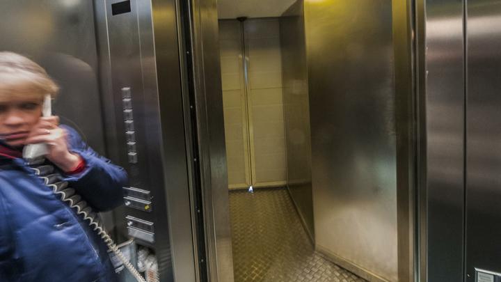 Трагедия Зимней вишни ничему не научила: Малыш с няней час просидели в застрявшем лифте Смоленского Пассажа