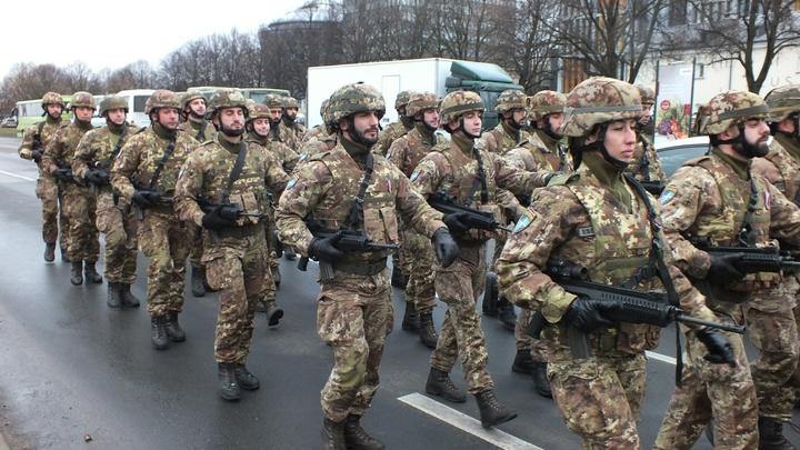 Отражая нападение Путина: Солдаты НАТО устроили стрельбу на улицах Риги и были пойманы с поличным