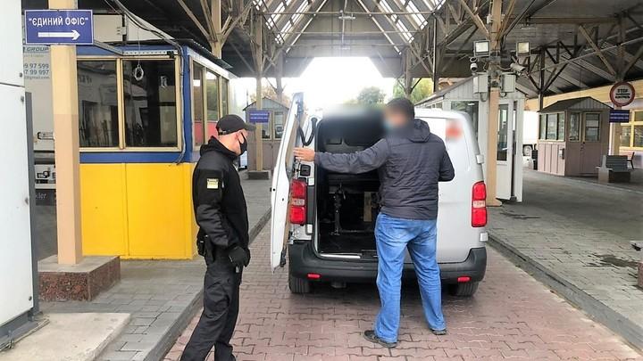 Житель Молдовы забыл спрятать Георгиевскую ленту, и ему запретили на три года въезд в Украину