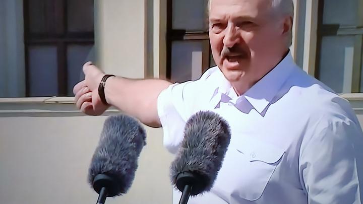 Такой сможет защитить: Лукашенко-младший слушал речь отца со стороны