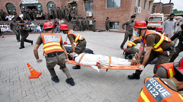 Пассажирский поезд сошел с рельсов в Пакистане: 20 человек пострадали