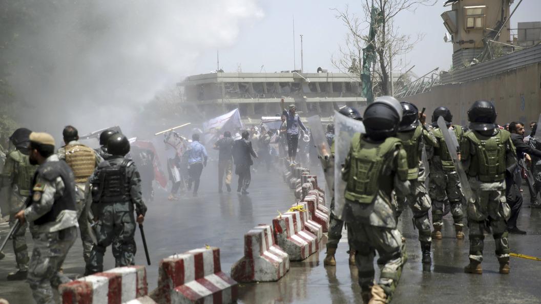 Взрывы на похоронах: Число жертв теракта в Кабуле увеличилось до 18