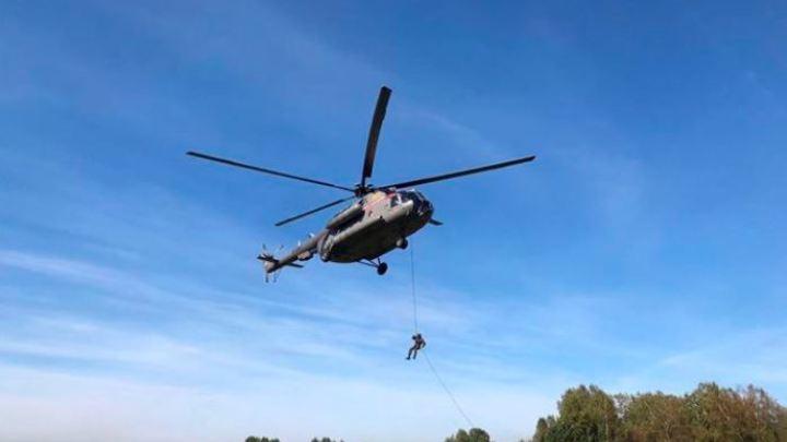 В пригороде Новокузнецка кружил военный вертолет