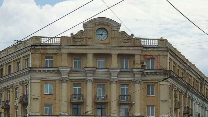 Черный циферблат на белом фоне: на главной площади Челябинска обновили часы