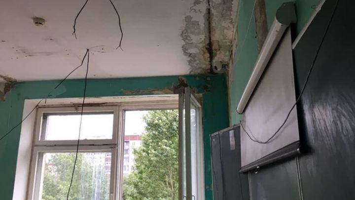 В Челябинске школа начала год с плесенью на стенахи потолке