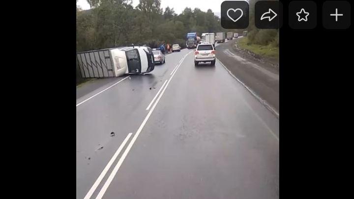 Вторая авария на мокром асфальте в Челябинской области: Газель столкнулась с легковушками (видео)