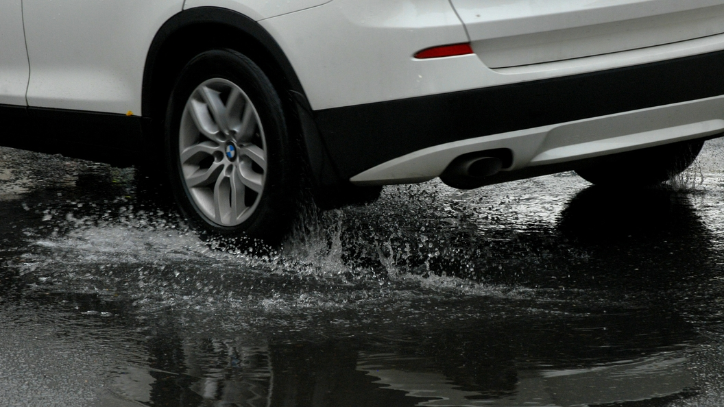 Петербург: ВНовгородской области дожди размыли дорогу М-10 Москва