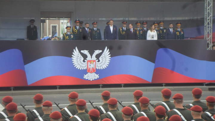 Парадный расчет из Южной Осетии принял участие в параде Победы в Донецке - фото, видео