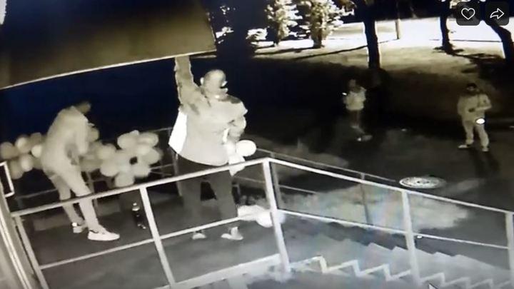 В Магнитогорске второй раз украли шарики, украшающие зоомагазин