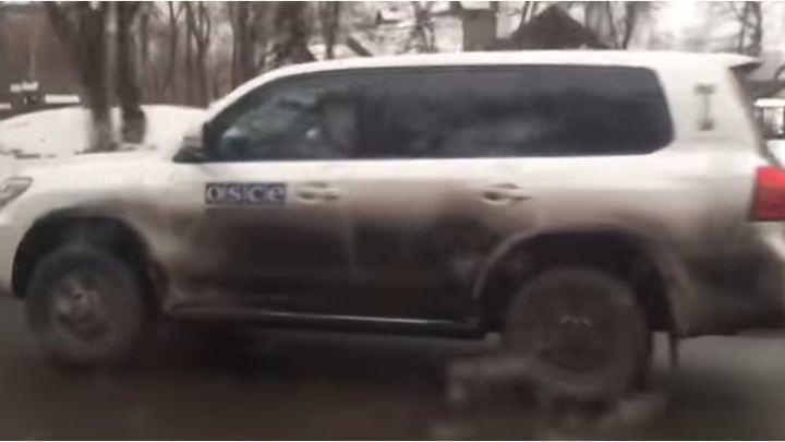 Жители Донецка поделились видео с побегом миссии ОБСЕ из города