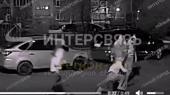 Избили и сняли браслет: драка девушек в Челябинске попала на видео