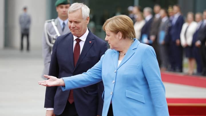 Ты там держись, а то опять на нас новичок повесят: В России подбодрили трясущуюся Меркель