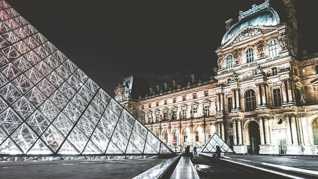 У Лувра в Париже неизвестный напал с ножом на солдата