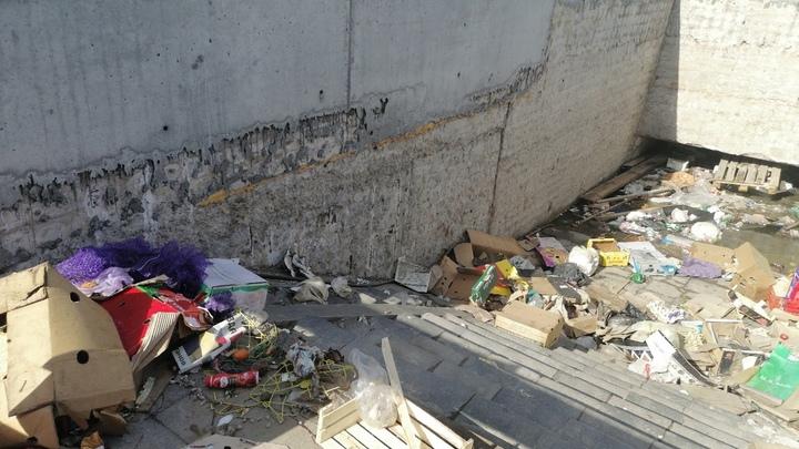 В Самаре подземный пешеходный переход затопили и превратили в помойку