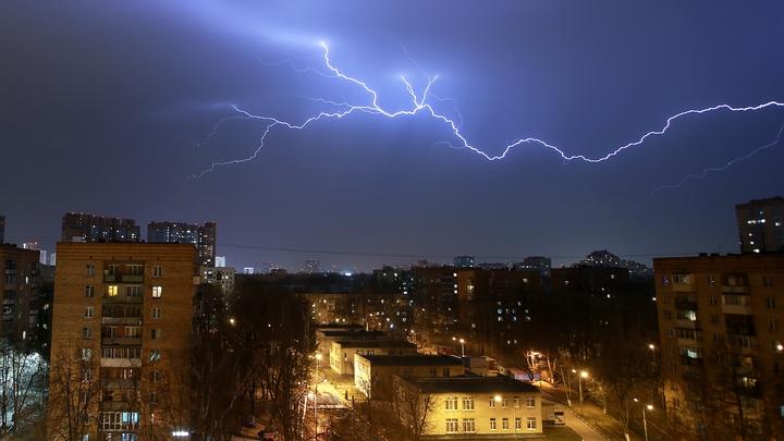 Экстренное предупреждение МЧС: В ближайшие часы Москву накроет сильная гроза и ветер