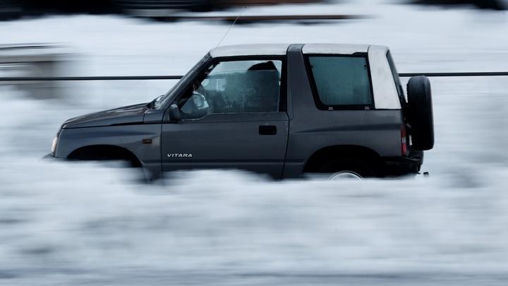 Под Новосибирском трое рыбаков на машине чуть не ушли под лёд на Обском море
