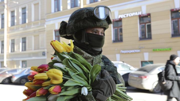 На Невском проспекте Петербурга спецназовцы «ловили» девушек для вручения тюльпанов