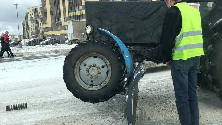 «Это фиаско»: Петербуржцы высмеяли тракториста, наехавшего на собственный ковш при уборке снега