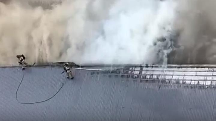 В Ростове в районе ЖК Красный Аксай горит магазин: Эвакуированы 70 человек - видео с места ЧП