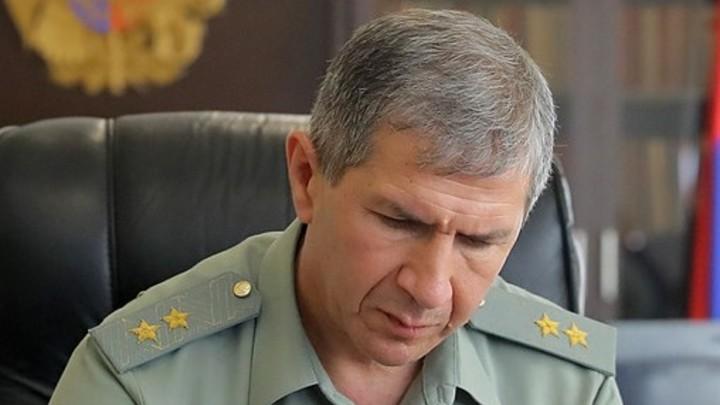 Уволенный Пашиняном начальник Генштаба пока остается на должности по решению суда