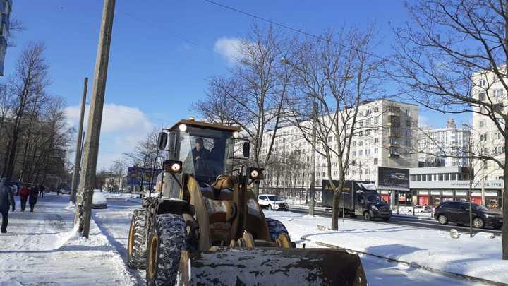 «Эти машины работают только для отчетности»: петербуржцы ругаются на уборку улиц после снегопадов