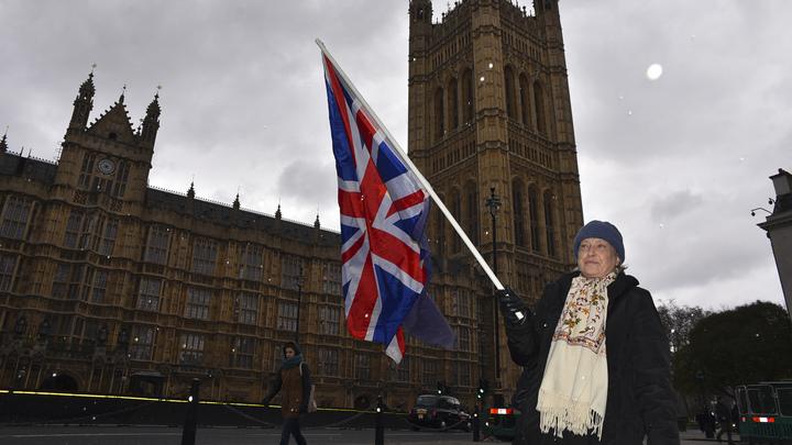 Двух человек госпитализировали после вскрытия странного пакета в парламенте Британии