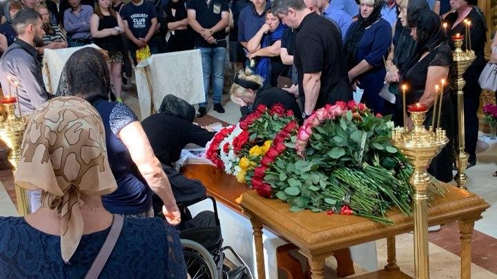 Героя, спасшего беременную женщину от хулиганов, отпевают в храме на Русской Голгофе - фото