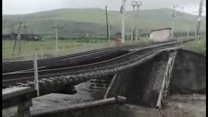 РЖД закрыла на три дня продажу билетов на поезда в ДФО из-за разрушенного моста в Забайкалье