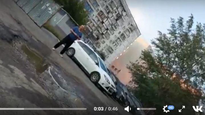 Челябинец требует деньги за бесплатную парковку во дворе, угрожая водителям расправой