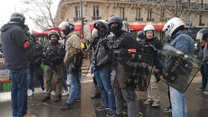 Желтых жилетов берут под стражу: В Париже задержали 79 человек